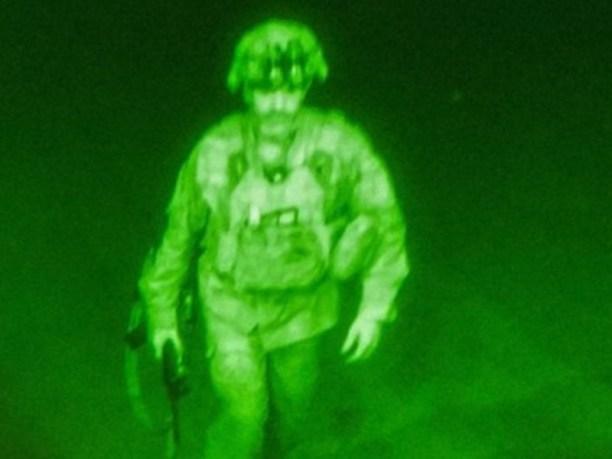 El último soldado de Estados Unidos en dejar Afganistán tras 20 años en  guerra