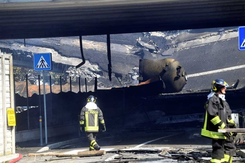 Explosión de pipa en carretera de Italia deja al menos un muerto y 70 heridos