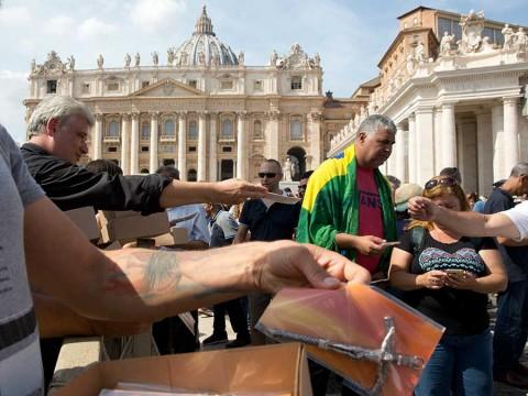 El papa Francisco regala miles de crucifijos en la plaza San Pedro