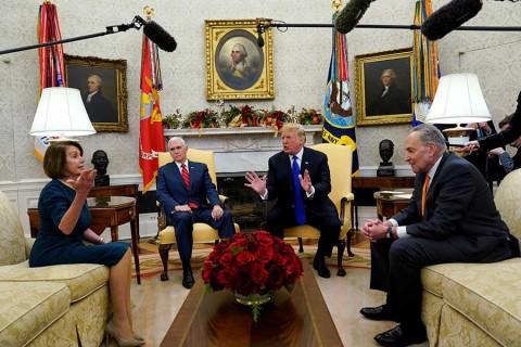 Pelea Trump con líderes demócratas por muro; amaga con cierre de gobierno