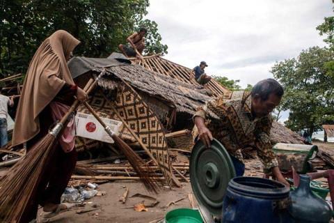 Aumentan a 373 los muertos por tsunami en Indonesia