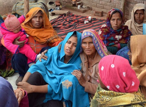 Más de 100 muertos en India por ingerir alcohol adulterado
