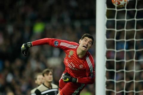 El portero del Real Madrid se lanza pero no evita el último gol del Ajax que sentenció al Real Madrid.