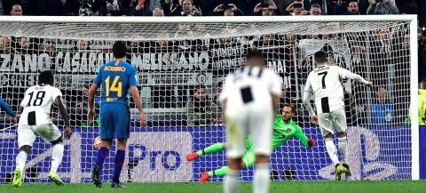 Cristiano Ronaldo al ejecutar el penal que le dio el pase a la Juventus.
