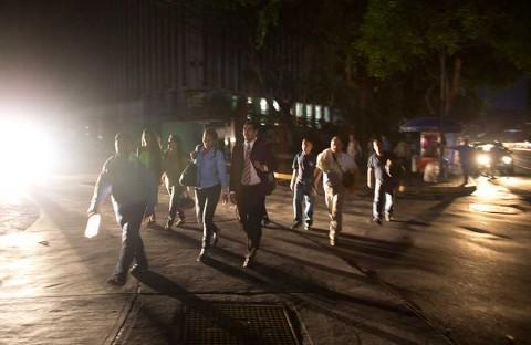 Denuncian saqueos en Venezuela; China ofrece ayuda en apagón