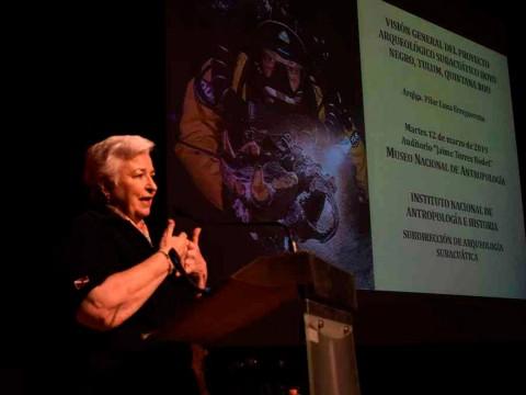 Arqueóloga Pilar Luna Erreguerena en la conferencia sobre el cenote