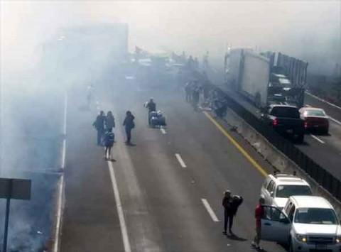 Algunos testigos indican que el accidente se causó debido a la escasa visibilidad provocada por la quema de pastizales que se realizaba en la zona.