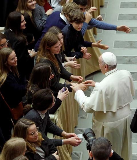 El Papa llama a jóvenes a no ser 'esclavos' de teléfonos celulares