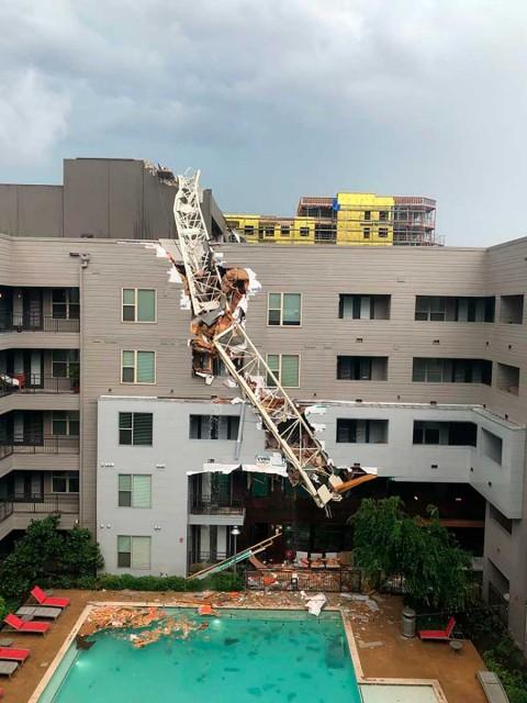 Grúa de construcción cae sobre edificio en Dallas, EU; un muerto y 5 heridos