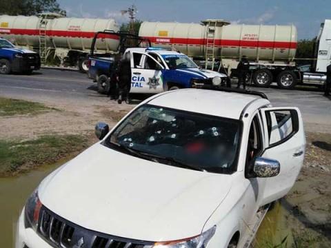 Los policías hallaron en el interior de la pickup un arma larga y una corta. Foto: Especial