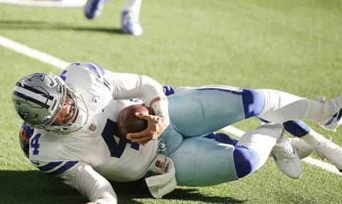 El momento en el que el tobillo de Dak Prescott se dobló. (Reuters)