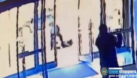 Cae hombre en NY por patear en la cabeza a anciana de origen asiático