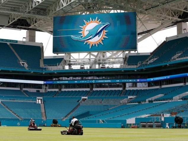 los Huracanes de la U. de Miami jugarán el 23 de septiembre ante la Universidad de Toledo. Los Delfines lo harán hasta el 8 de octubre (AP)