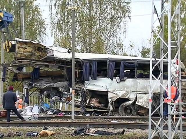Un tren embistió a un autobús dejando al menos diecinueve fallecidos en Pokrov, cerca de Moscú, Rusia. (Foto: AP)