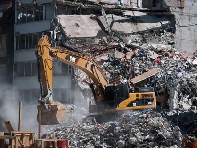 De entre los despojos de esa construcción fueron rescatadas con vida veintiocho personas y se recuperaron los cuerpos de treinta hombres y diecinueve mujeres.