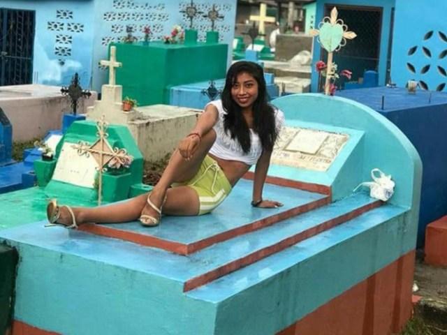 Opiniones encontradas han desatado en Fb las fotografías de 3 jóvenes que posaron entre las tumbas de un cementerio ubicado, supuestamente, en Tabasco.