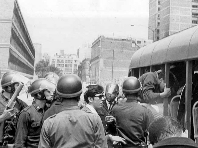 Estudiantes fueron aprehendidos por la policía y subidos a un camión de los granaderos. Habían secuestrado tres autobuses y levantado barricadas para impedir el paso en la Ciudadela / Fotos: Archivo/Excelsior