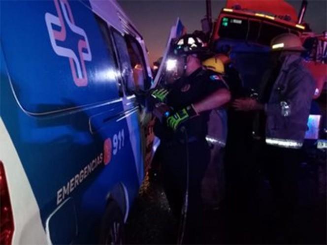 Por 'rápida y furiosa' ambulancia choca contra tráiler; 6 muertos