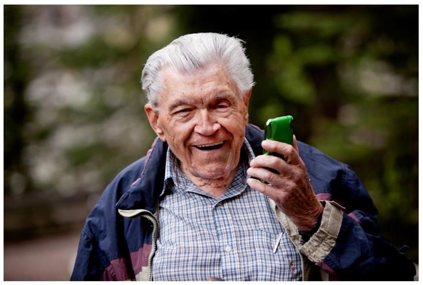Seniors_and_Technology-174998-edited