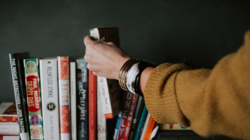 Choisir un livre / Photo par christin hume
