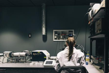 female-scientist-at-work-in-lab_925x