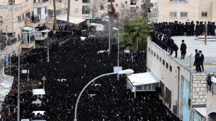 آلاف اليهود المتشددين يتحدون نتنياهو ويشاركون في جنازة بالقدس