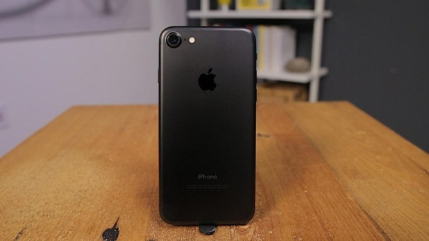 iPhone 7 con carcasa negra