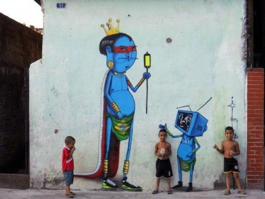 les enfants posent devant l'indien bleu