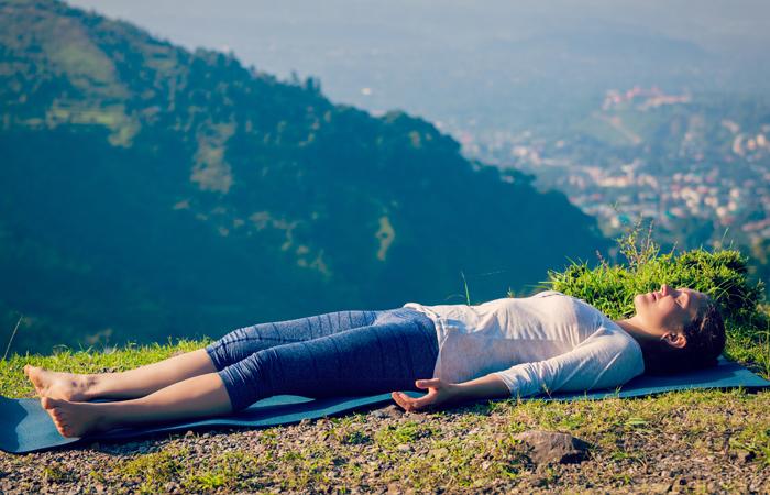 Fácil-Yoga-Poses-Para-Tratar-Ansiedade11