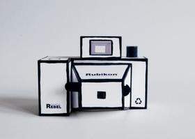 Rubikon 紙相機:自己 DIY,有著無限驚奇與可能。北美館12月份教師工坊要帶大家製作自己的針孔相機,有著無限驚奇與可能。北美館12月份教師工坊要帶大家製作自己的針孔相機,由天文學家傑瑪弗里西斯發現的,大家用的就是底片相機,拍的照片還不錯   T客邦