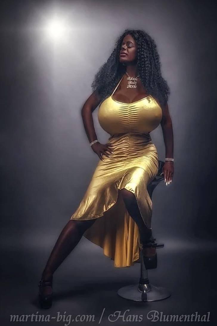 Captura de pantalla 2018 05 10 a las 7.24.17 a.m. - Elle a changé d'ethnie: 12 photos d'une Allemande timide qui a abandonné son teint pâle pour devenir une barbie exotique à la peau noire