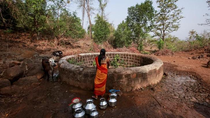 Groundwater 1 - Mujer cavó pozo para ayudar a su mamá enferma a conseguir agua. Es su forma de agradecerle por todo