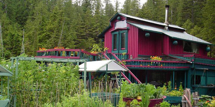 casa flotante auto sostenible wayne adams catherine king 11 - Pasaron 20 años construyendo la casa de sus sueños: Una verdadera isla flotante y autosuficiente