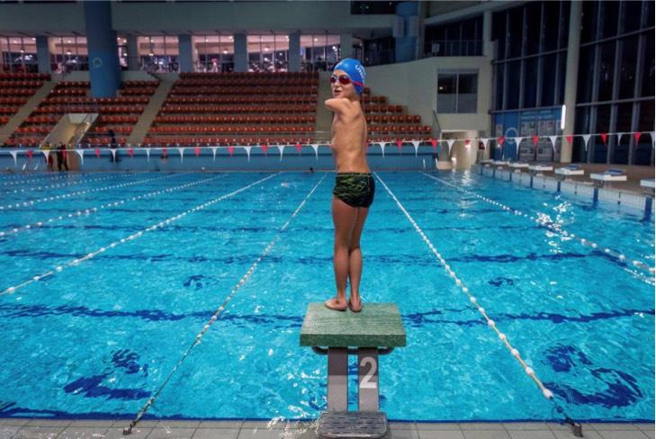 1608917660 692558 1608918024 noticia normal recorte1 - Ismail, el pequeño atleta sin brazos que fue elegido deportista del año en Bosnia. Practica natación