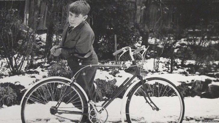 Captura de Pantalla 2020 12 29 a las 13.28.32 - El evidente cambio físico y mental del niño Stephen Hawking. Su cuerpo lo traicionó, su mente nunca