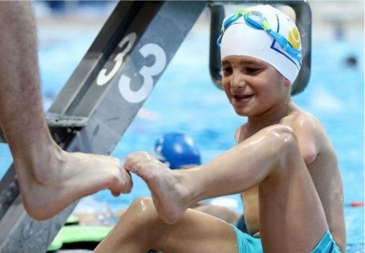 nacio sin brazos pero con   HEGTkwNrn 720x0  1 - Ismail, el pequeño atleta sin brazos que fue elegido deportista del año en Bosnia. Practica natación
