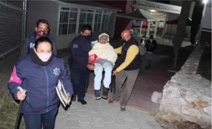 """Captura de Pantalla 2021 01 06 a las 15.55.34 - La sacaron a """"tomar sol"""" dicen los culpables: Rescatan a anciana de 90 años abandonada en la calle"""