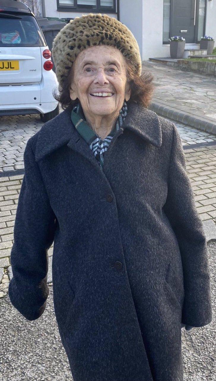 EsRLoOTWMAMamFo - Mujer sobreviviente del Holocausto realizó su primera caminata tras padecer COVID-19. Tiene 97 años