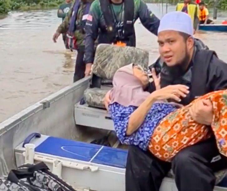 """benefactor malasia silla de ruedas0002 - """"Si se acaban, conseguiremos más"""": filántropo de Malasia donará 150 sillas de ruedas a beneficio"""