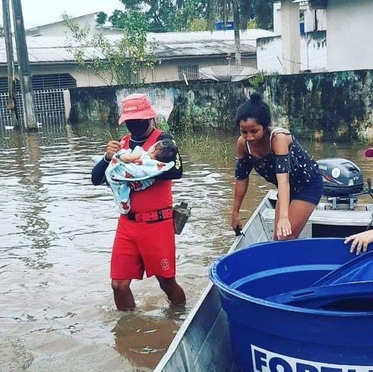 Captura de Pantalla 2021 02 24 a las 16.56.54 - Familia escapa de inundación en Brasil con sus perros en brazos. No iban a dejarlos abandonados