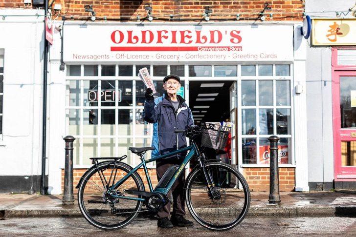 Paperboy George Bailey CREDIT Ciaran McCrickards PA Wire 920x614 1 - Repartidor de periódicos recibe una bicicleta eléctrica a sus 80 años. Pospondrá su jubilación