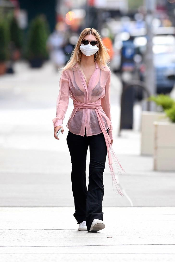1 78 - 20 famosas que usaron blusas transparentes en público. Bella Hadid olvidó el sujetador en casa