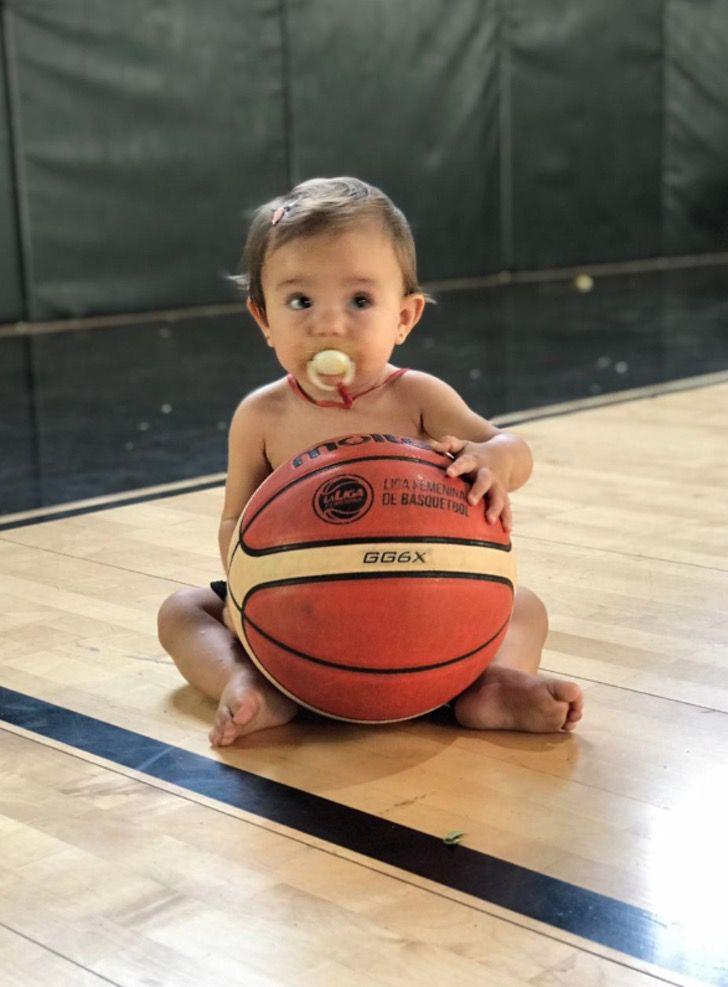 Captura de Pantalla 2021 03 04 a las 13.23.19 - Basquetbolista amamantó a su hija en el entretiempo y ganó el juego. Nunca se deja de ser madre