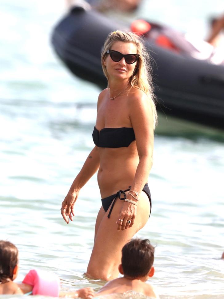 6 26 - 17 veces que las celebs usaron bikini sin tirantes. El de Kylie apenas soportaba el peso de su pecho
