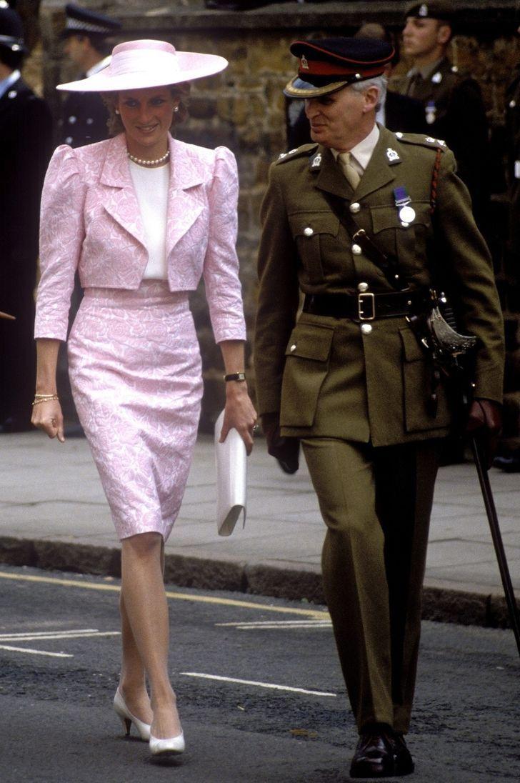 10 60 - 27 veces que Lady Di lució como toda una princesa con sus atuendos rosa