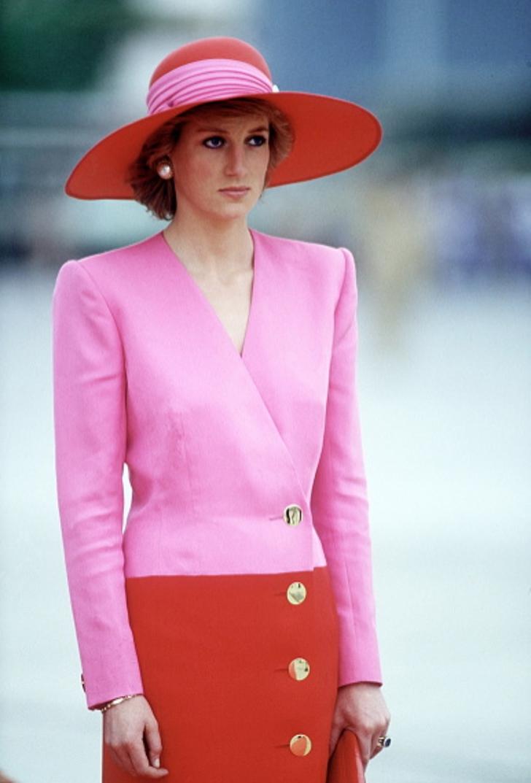 18 22 - 27 veces que Lady Di lució como toda una princesa con sus atuendos rosa