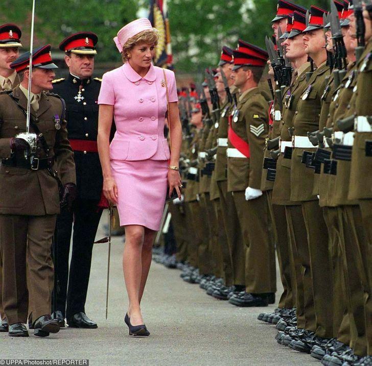8 2 1 - 27 veces que Lady Di lució como toda una princesa con sus atuendos rosa