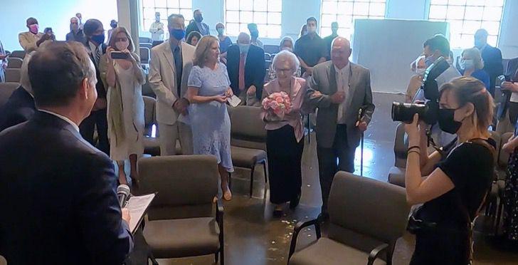Captura de Pantalla 2021 06 11 a las 10.56.12 - Abuelos viudos encuentran de nuevo el amor y se casaron a los 95 años. Se conocieron en la pandemia