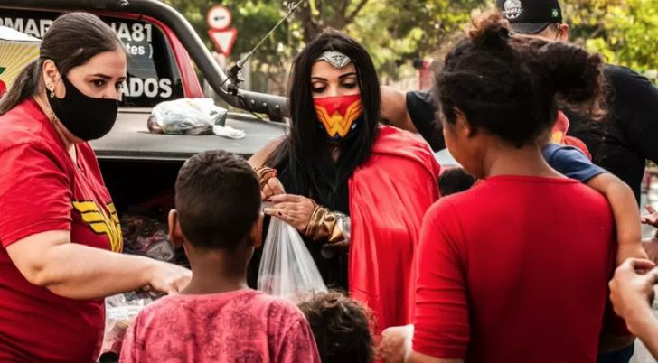 Captura de Pantalla 2021 07 20 a las 16.12.44 - Veterinaria vestida de mujer maravilla lleva juguetes a niños humildes en Brasil. Es su heroína