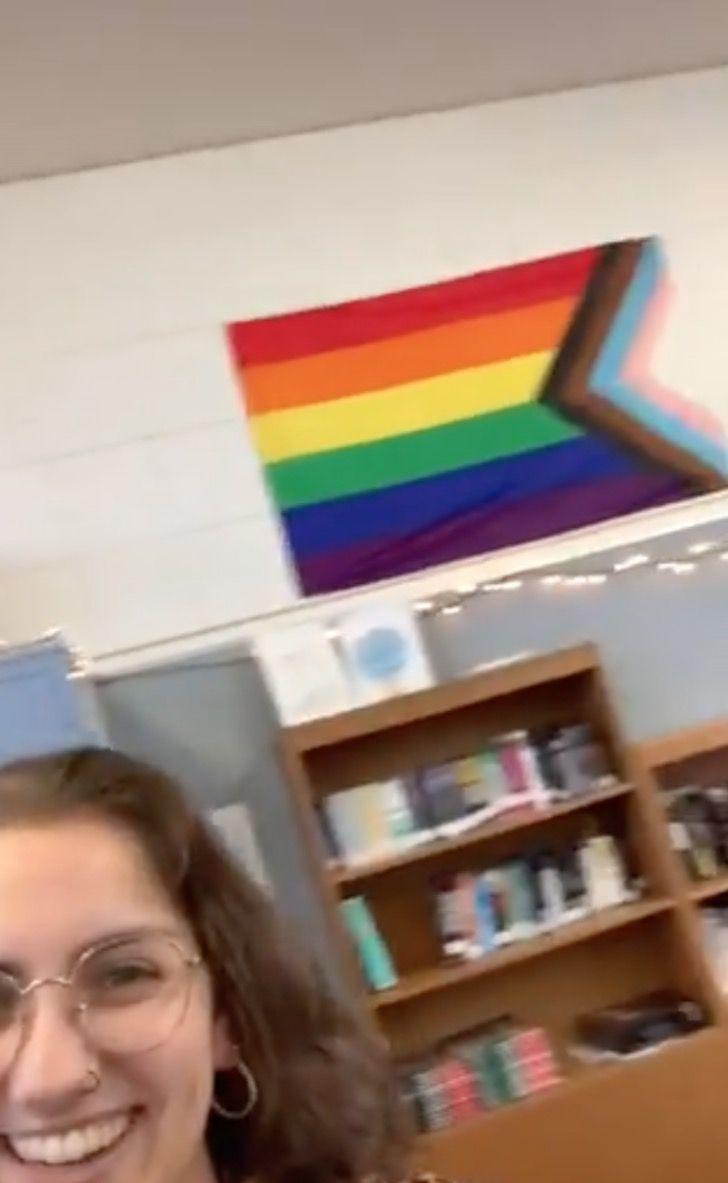 Captura de Pantalla 2021 09 02 a las 12.48.02 - Lehrerin wird aus dem Unterricht entfernt, weil sie ihren Schülern den Treueeid auf die LGBT-Flagge nahegelegt hat. Ihre Idee gefiel den Schülern nicht